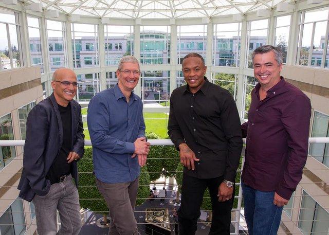Trái sang phải: Doanh nhân âm nhạc và nhà đồng sáng lập Beats – Jimmy Iovine, CEO Apple – Tim Cook, nhà đồng sáng lập Beats – Dr. Dre và phó chủ tịch cấp cao Apple – Eddy Cue chụp hình chung tại trụ sở Apple ở Cupertino, California vào ngày 28/5/2014. Nguồn ảnh: Paul Sakuma—AP