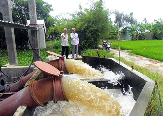 Máy bơm hoạt động hết công suất, nhồi nước vào nội đồng ứng cứu kịp thời trong giai đoạn lúa đòng trổ