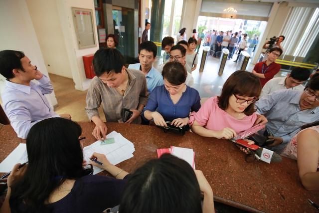 Việc phát hành chính thức tờ tiền lưu niệm 100 đồng của Ngân hàng Nhà nước bắt đầu vào 13h30 chiều nay tại hai điểm ở Hà Nội là ở số 47 Lý Thường Kiệt và 49 Lý Thái Tổ. Người đến mua tiền lưu niệm cần mang theo giấy tờ tùy thân như chứng minh thư, hộ chiếu, thẻ học sinh - sinh viên.