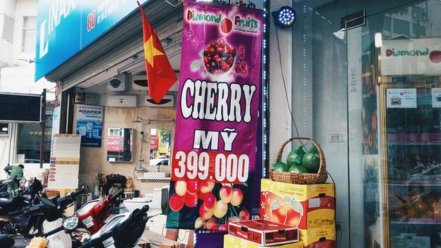 Biển báo giá cherry rẻ đến bất ngờ tại Hà Nội.