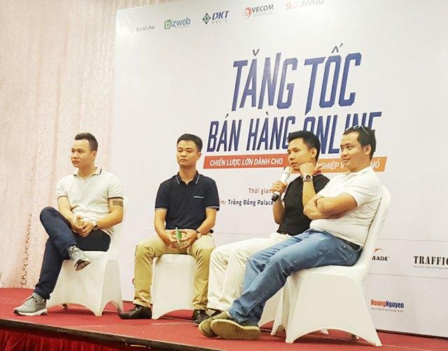 Ông Trần Hải Linh (ngoài cùng bên phải) và ông Trần Trọng Tuyến (thứ hai từ phải sang) trao đổi tại hội thảo.