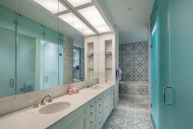 Phòng tắm được trang hoàng bằng đá cẩm thạch với tông nền xanh thư thái