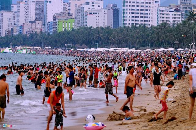Cảnh chen chân của hàng vạn người ở bãi tắm trung tâm đường Trần Phú bãi biển Nha Trang