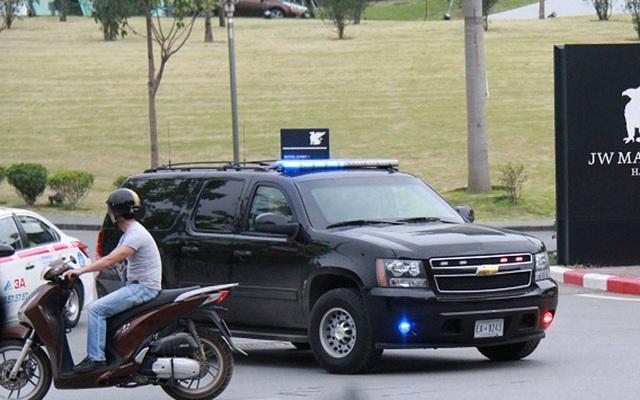 Chiếc xe trong đoàn bảo vệ Tổng thống Mỹ rời khách sạn chiều nay. Ảnh: Văn Chung