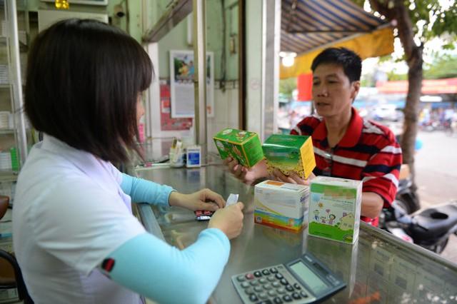 Người dân mua các loại thực phẩm chức năng theo đơn của bác sĩ tại một hiệu thuốc ở TP.HCM - Ảnh: Hữu Khoa