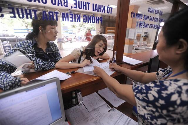 Doanh nghiệp đang làm thủ tục thuế tại Cục Thuế Hà Nội - Ảnh: Ngọc Thắng.