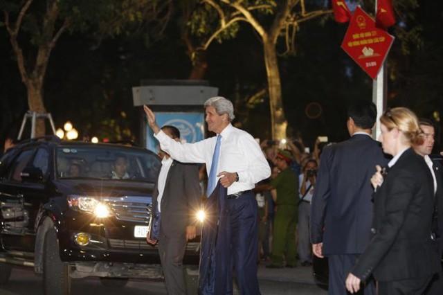 Ngoại trưởng John Kerry vẫy tay chào người dân chiều 23-5 - Ảnh: Việt Dũng