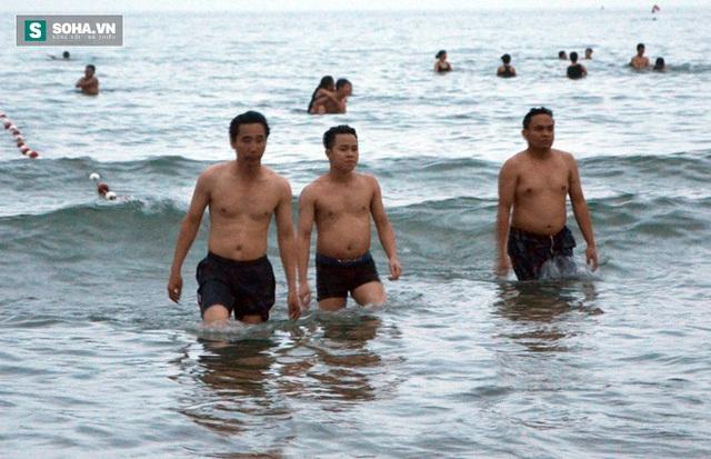 Ông Trần Chí Cường cùng bạn bè tắm biển trong chiều 29-4