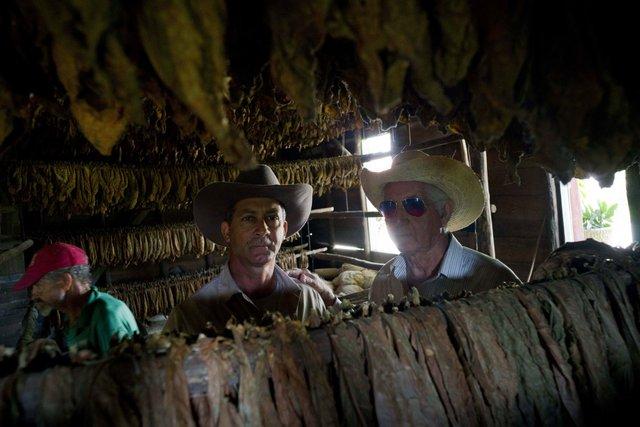 Montesino đã được truyền qua 3 thế hệ. Ảnh: Ông chủ Marcelo Montesino (bên phải), đứng cạnh cậu con trai Eulogio (bên trái)- người sẽ tiếp quản cơ nghiệp sau này