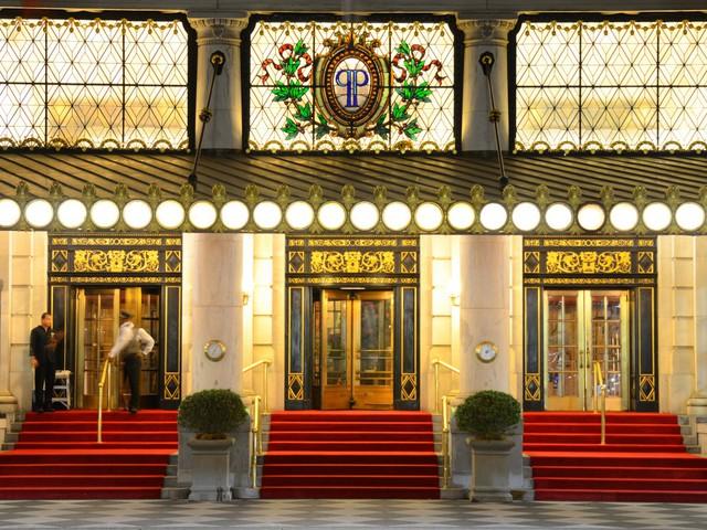 Lối vào được trải thảm đỏ rực rỡ để đón tiếp những người nổi tiếng và những nhân vật tầm cỡ thế giới như các nhà tài phiệt, chính trị gia.