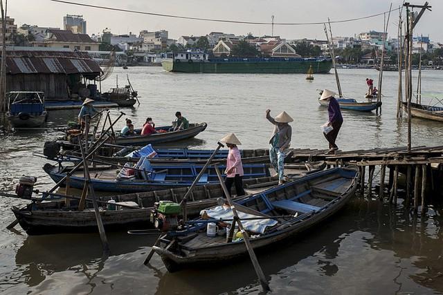 : Khách xuống ghe thuyền trên chợ nổi Cái Răng. Ảnh: Luc Forsyth