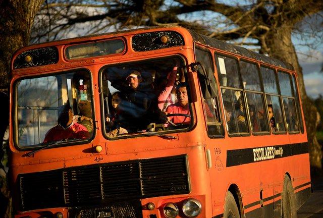 Xe buýt chở những người nông dân trong vùng lân cận đến trang trại làm việc. Pinar del Rio là vựa thuốc lá nổi tiếng bậc nhất Cuba