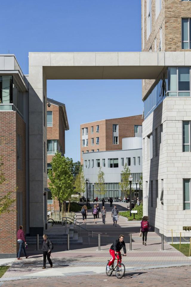 Cổng chào của trường đại học Massachusetts ở Amherst, MA.