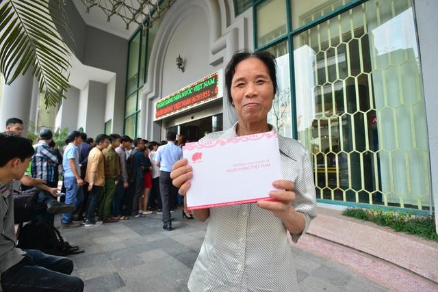 Cô Hoàng Thị Sựng (65 tuổi – nhà ở Nguyễn Khoái) mua 5 tờ tiền folder để làm quà. Cô cho biết, tờ folder sẽ lưu giữ được lâu hơn.
