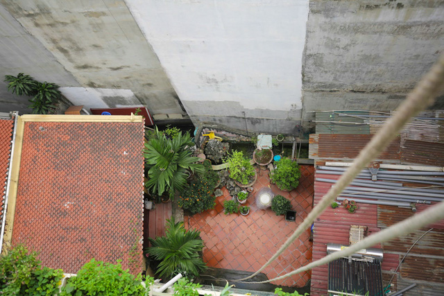 Để có rau cung cấp cho cả gia đình, ngoài diện tích đất trống tầng 1 và sân thượng, Tùng còn sử dụng khoảng trống ở ban công các tầng.