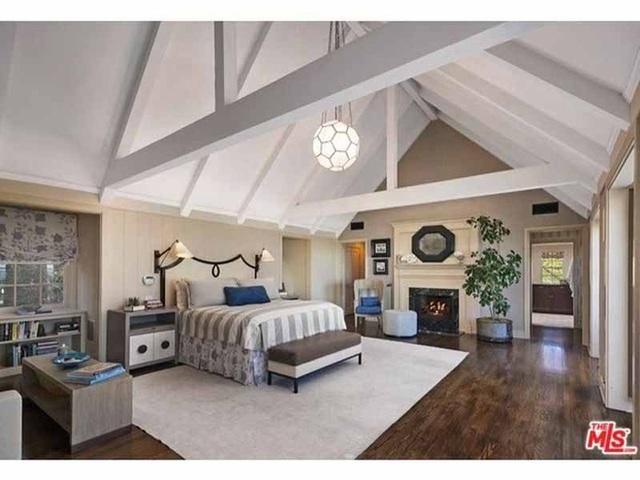 Phòng ngủ được thiết kế theo kiểu mái nhà thờ ấn tượng.