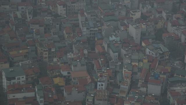 Khung cảnh Hà Nội chìm trong khói bụi nhìn từ trên cao.