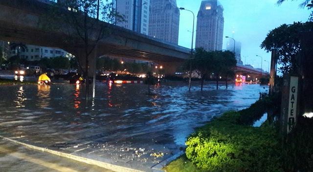 Dọc đường Phạm Hùng là cảnh tượng ngập úng kéo dài.