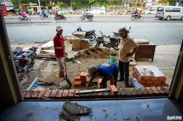 Dù phải bỏ tiền nâng nền nhà lên thêm 1m nhưng nhà của bà Nguyễn Thị Oanh vẫn thấp hơn so với mặt đường sẽ làm