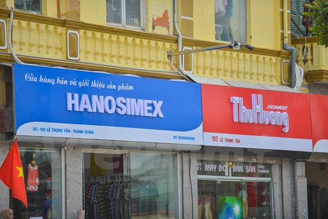 Một số cửa hàng lại 'mừng thầm' khi màu biển sơn lại trùng với màu chủ đạo của thương hiệu. (Ảnh: PV/Vietnam+)