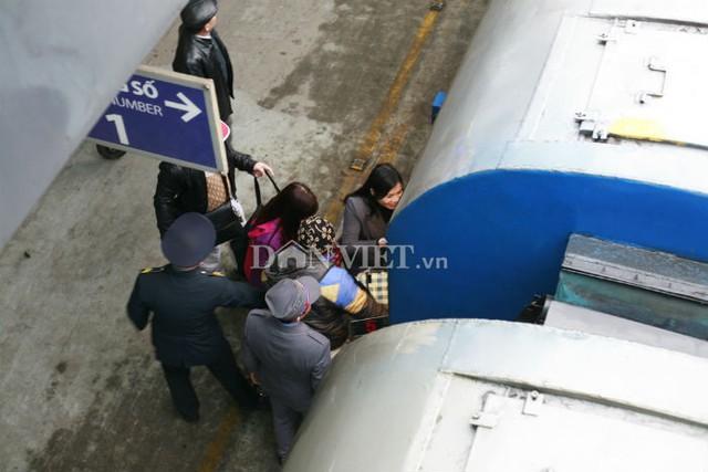 Những hành khách cuối cùng lên chuyến tàu SE5 sáng nay.