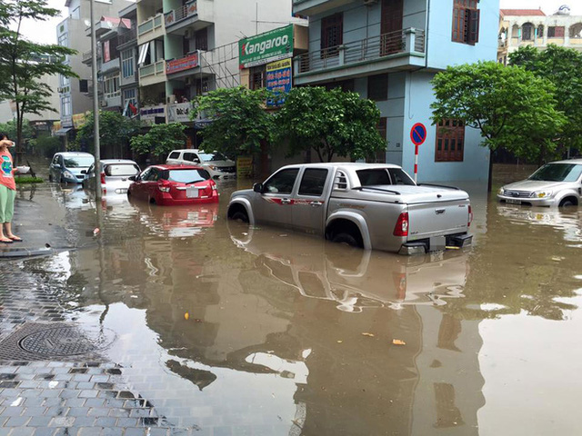Hàng loạt ô tô chôn chân trong nước ngập tại khu vực Văn Phú, quận Hà Đông. Ảnh: Hoàng Trọng Tuấn