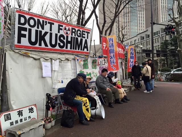 Người dân Fukusima vẫn kiên trì biểu tình suốt nhiều năm. Mục đích các tour du lịch này là để giúp mọi người hiểu về tác hại của hạt nhân. (Ảnh: Ngọc Diệp)