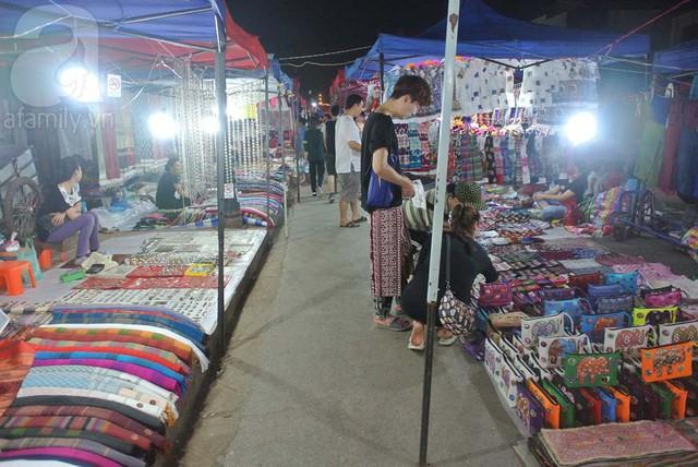 Lối đi trong chợ đêm nhỏ nhưng ngăn nắp.