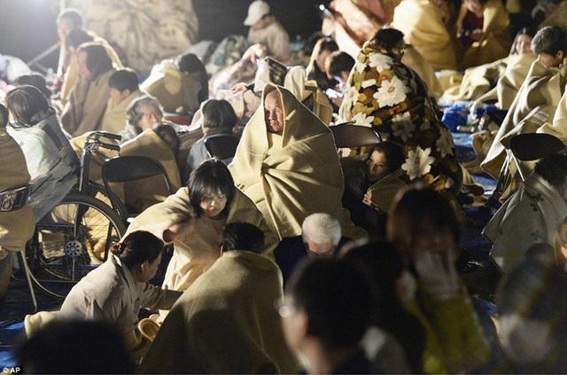Mọi người trùm chăn để giữ ấm giữa đêm lạnh.
