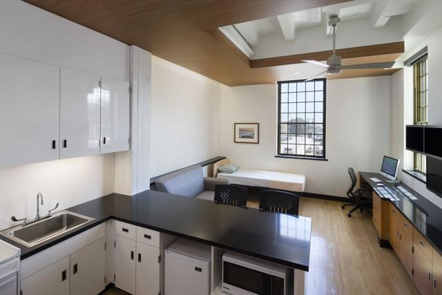 Tổ hợp này chứa 55 căn hộ nhỏ hơn bên trong, mặc dù vậy con số này chẳng là gì so với hơn 4.000 cựu chiến binh vô gia cư tại Los Angeles.
