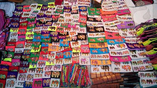 Các loại túi, ví thêu họa tiết ví màu sắc đủ loại kích thước được du khách rất ưa chuộng mà giá cũng rất mềm.