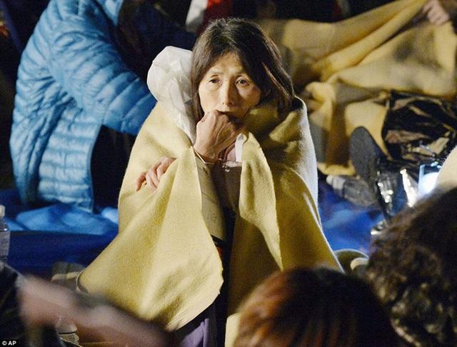 Một người phụ nữ với ánh mắt thẫn thờ.