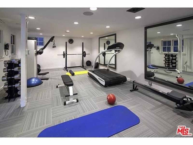 Phòng tập thể dục có đầy đủ dụng cụ.