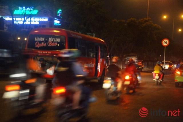Để đón khách các xe dù dừng xe giữa đường gây nguy hiểm cho người cũng như phương tiện qua lại.