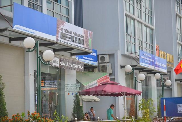Tuy nhiên một số hộ kinh doanh vẫn giữ nguyên biển quảng cáo của cửa hàng. (Ảnh: PV/Vietnam+)