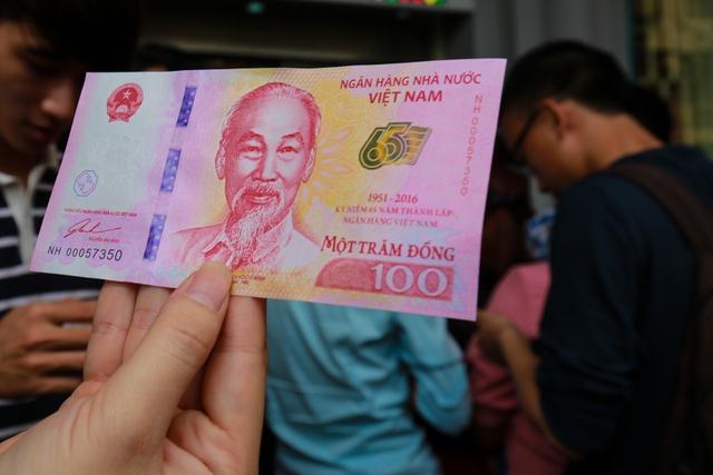 Dấu hiệu bảo an cũng được sử dụng công nghệ in hiện đại. Đồng tiền lưu niệm 100 đồng được cho là một trong những đồng tiền sử dụng công nghệ hiện đại nhất hiện nay.