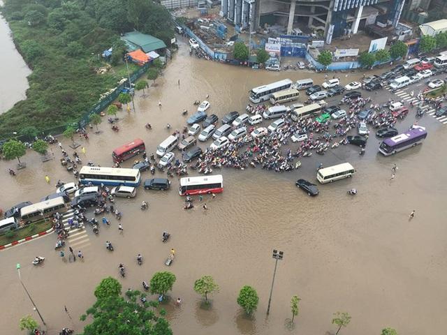 Khu vực Keangnam như vỡ trận. Ô tô xe máy chen chúc nhau đi vào đoạn đường không bị ngập hoặc nước nông.
