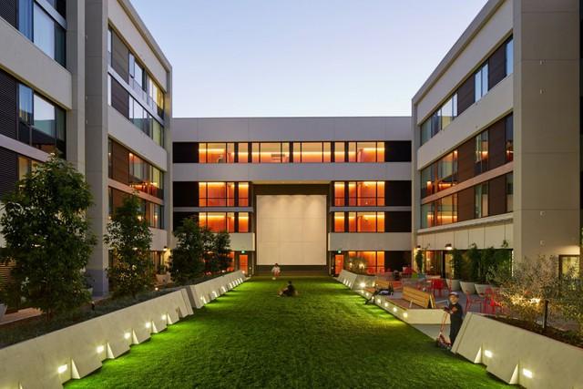 Được thiết kế cho mục đích cộng đồng nên sân sinh hoạt chung có kích thước lớn và thiết kế đẹp mắt.