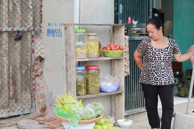 Thậm chí, mùa này rau tốt, bà Hạnh -  một hộ dân sống gần bờ kè còn đem bán cho các hộ khác quanh vùng, tăng thêm thu nhập.