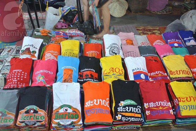 Áo phông Lào đủ màu sắc, kiểu dáng giá rất mềm luôn được các khách nam ưa chuộng và cũng được nhiều người chọn mua làm quà.