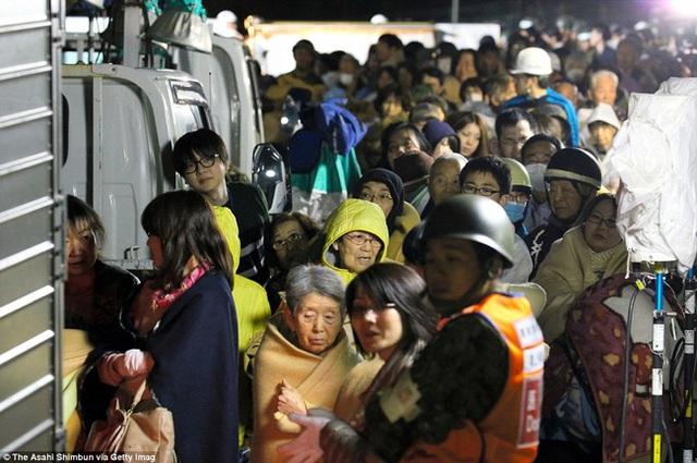 Dòng người di chuyển tới các điểm trú ẩn trong đêm.