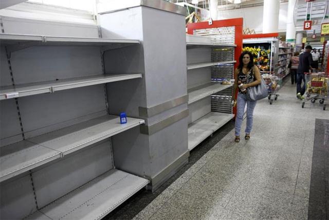Gian hàng giấy vệ sinh trống trơn trong một siêu thị ở Caracas, ngày 17/5/2013 - Ảnh: Reuters.</p></div><div></div></div><p></p><p>