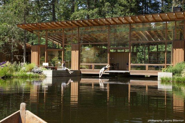 Đồng thời, họ tận dụng hồ tự nhiên ở khu này, chủ sở hữu căn nhà có thể nhảy xuống hồ bơi ngay tại phòng khách.