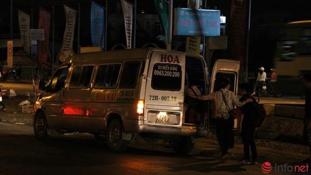 Để tiện gọi xe, nhiều người đã ra sát lan can - nơi chỉ cách làn xe tải, xe khách khoảng 1m.