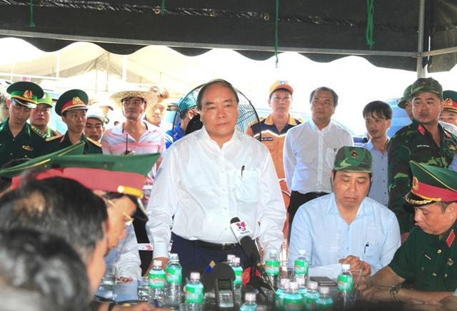 Thủ tướng Nguyễn Xuân Phúc nghe báo cáo tình hình tìm kiếm, cứu nạn-Ảnh VGP/Hồng Hạnh.