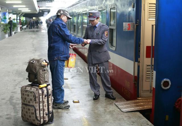 8 giờ sáng nay, những hành khách đầu tiên có vé đã lên chuyến tàu này.