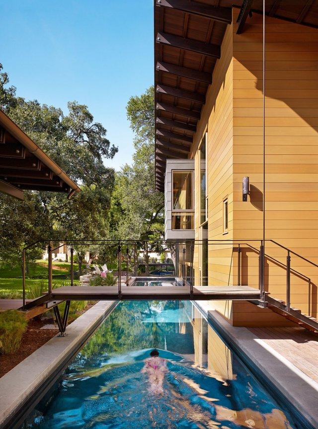 Căn nhà theo phong cách thiên nhiên này được xây dựng tại Austin, Texas do công ty thiết kế Lake|Flato tạo nên. Điểm đặc biệt nhất của căn nhà này là một hồ bơi dài 23m ngay bên ngoài.