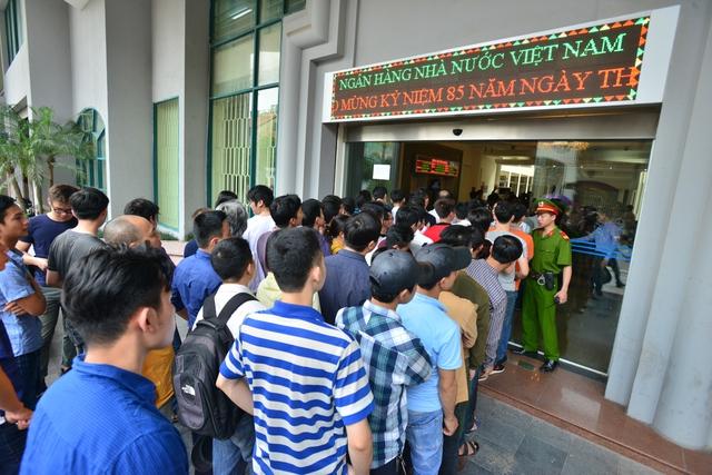 Khoảng 13h, trước thời điểm bán, nhiều người đã xếp hàng dài để đăng ký mua tờ tiền lưu niệm.