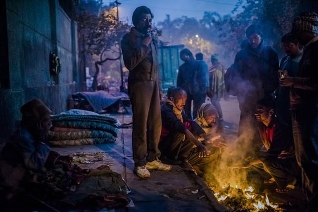 Những người không đủ tiền trả cho Khan phải đốt lửa bằng những vật liệu tự kiếm được.