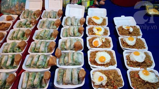 Phở cuốn, cơm rang và đa phần các món ăn ít thịt giá đều từ 10-15 nghìn kíp một hộp đầy ụ ( khoảng 30 – 45 nghìn đồng)